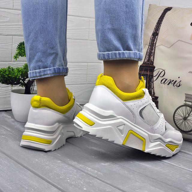 Белые кроссовки с желтой вставкой