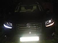 """Реснички передних фар автомобиля """"Santa Fe"""" для сравнения: левая-светодиодная лампа, правая -лампа накаливания."""