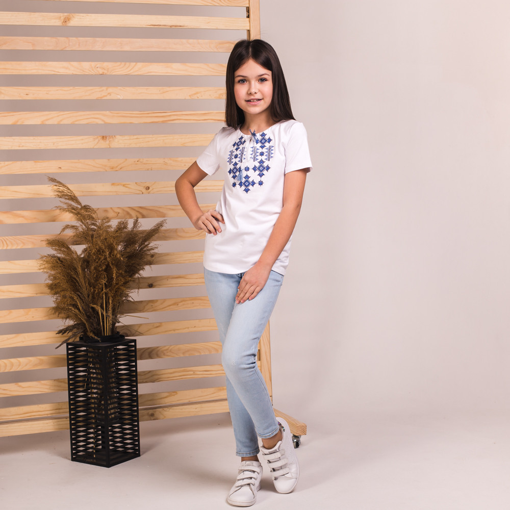 Футболка для дівчинки Зоряна з синьою вишивкою