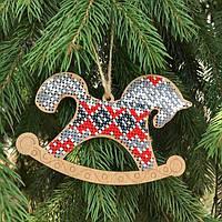 Набор для вышивания по дереву елочной игрушки Лошадка серая с красным