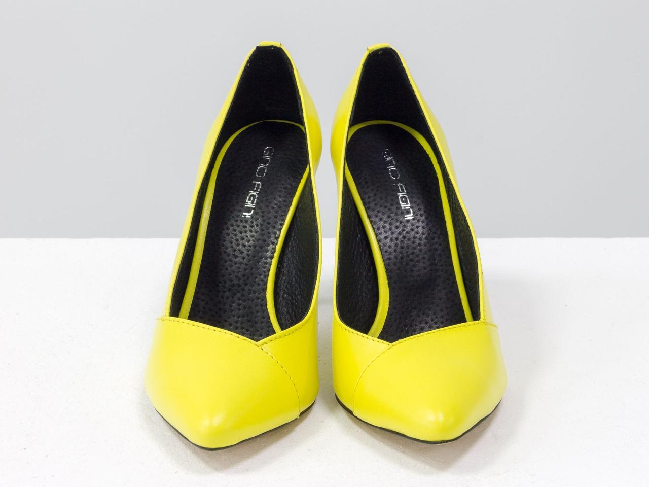 Туфли - лодочки на шпильке из натуральной кожи шикарного желтого цвета на черной кожаном подкладе