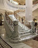 Классическая мраморная лестница с колонами, фото 1