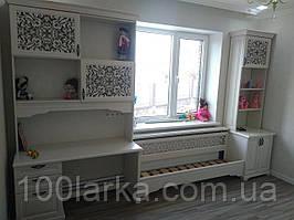 Шкаф и стол в детскую комнату деревянный (дерево ясень)