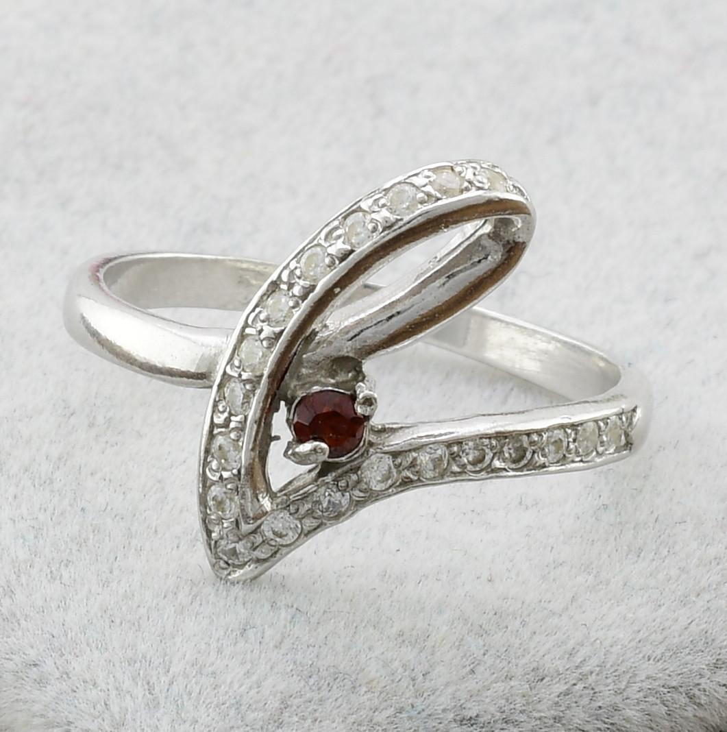 Серебряное кольцо Грация вставка красный и белые фианиты вес 2.05 г, размер 18