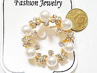 """Брошка Віночок зі стразами і """"перлами"""" колір основи золото"""