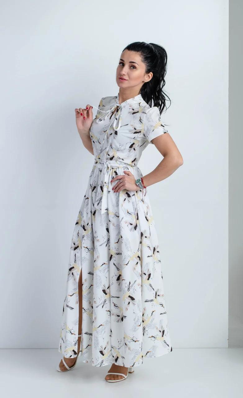Летнее женское платье в пол полуприлегающего силуэта с двумя нагрудными выточками