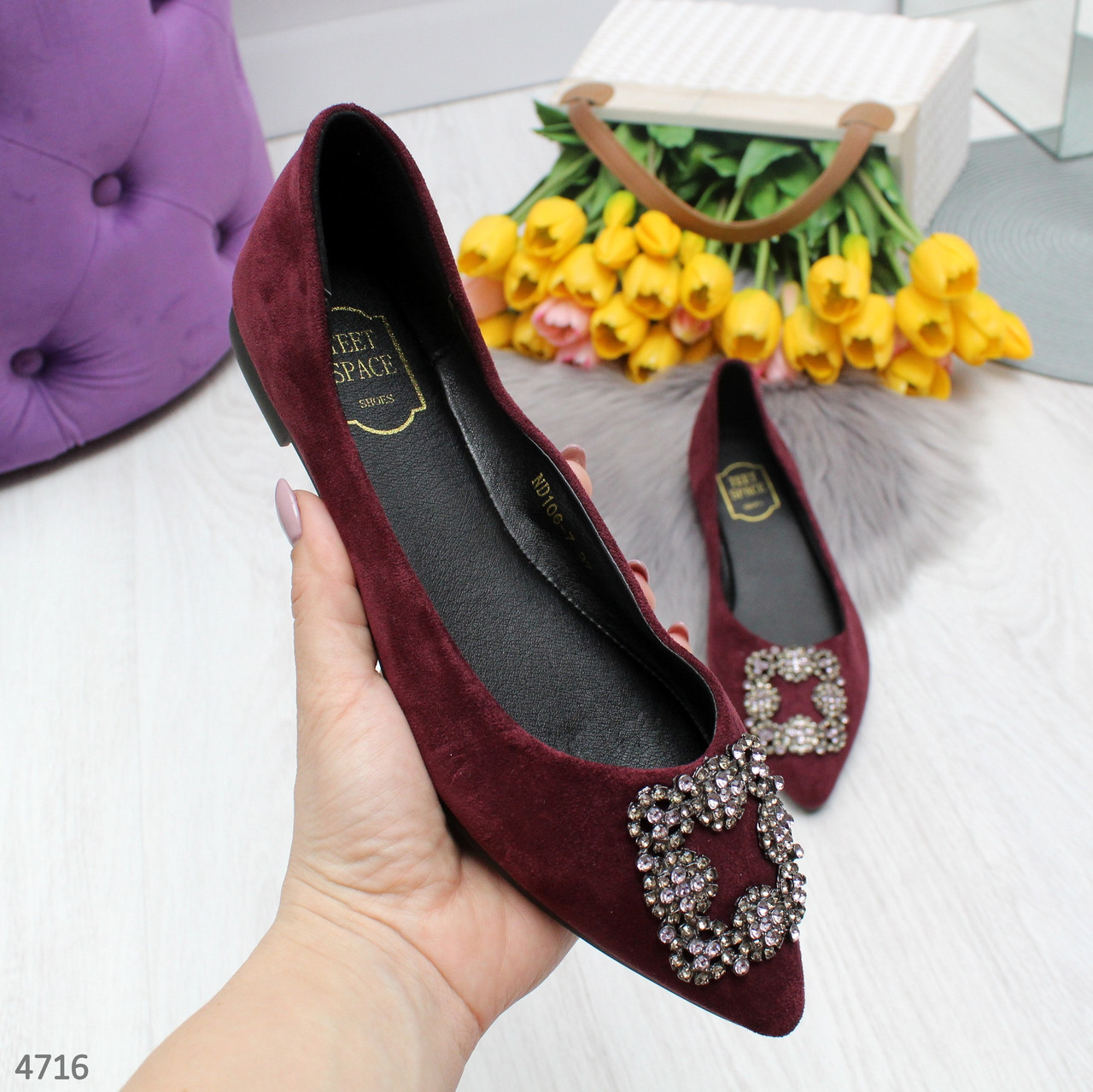 Женские туфли балетки  замшевые с острым носом на низком ходу с брошью бордовые
