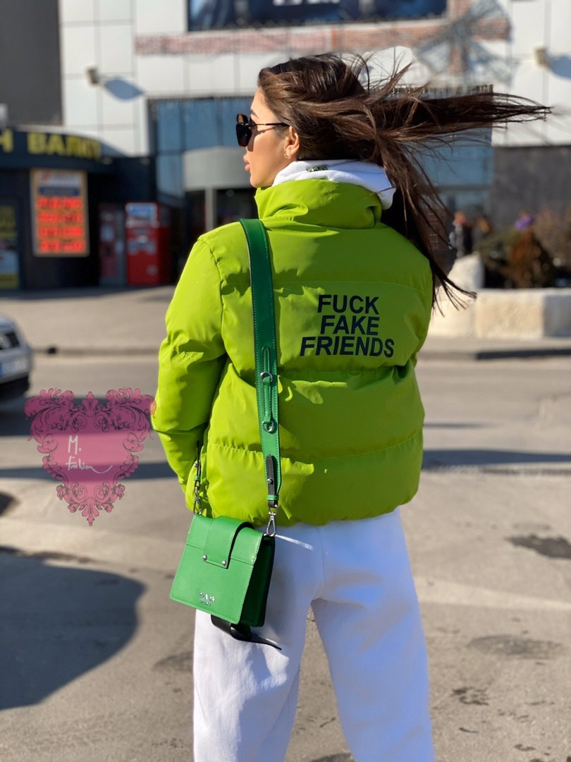Женская короткая куртка с надписью на спине и воротником стойкой vN6856