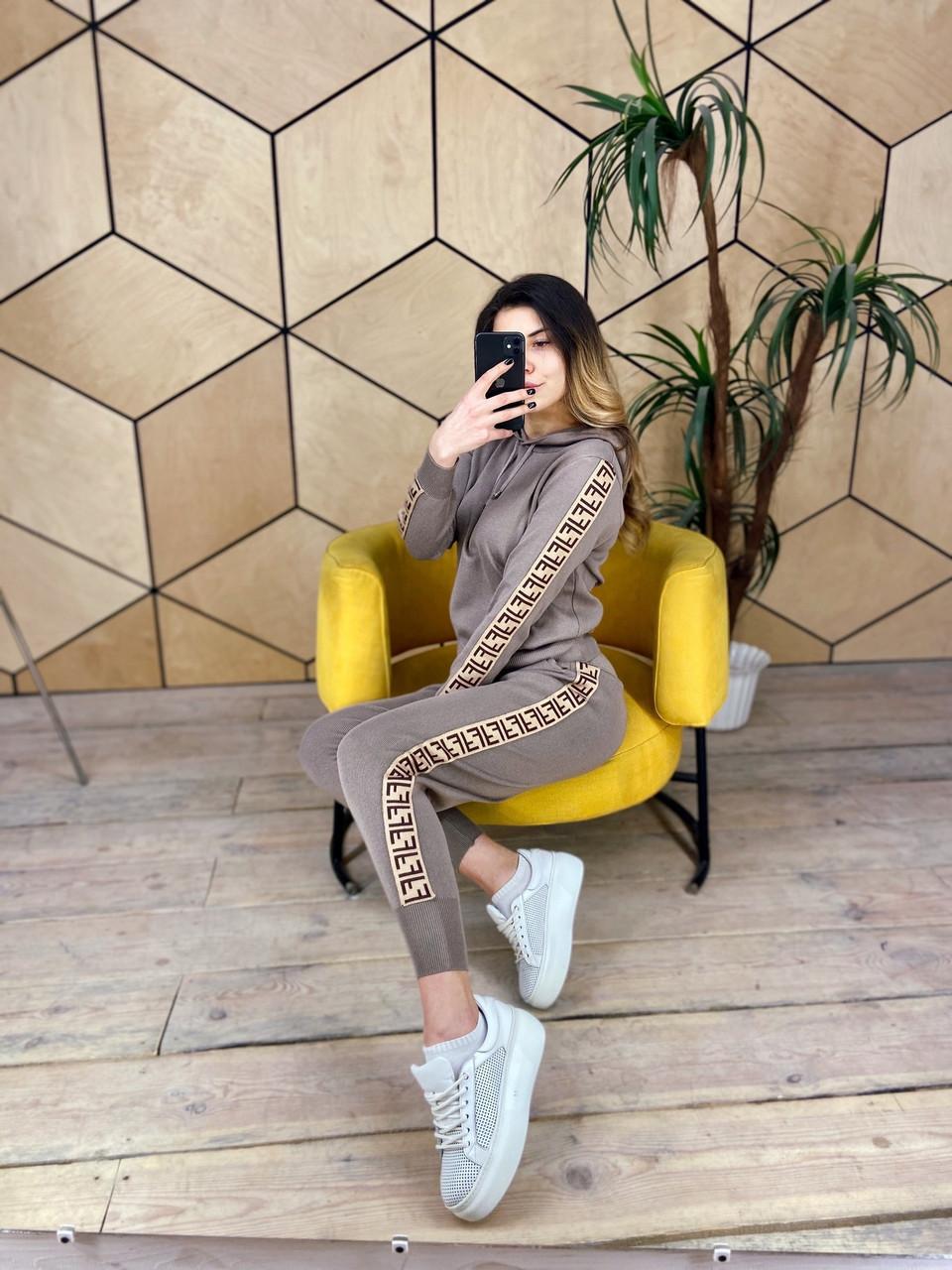 Женский спортивный костюм из машинной вязки с худи и зауженными штанами vN6884