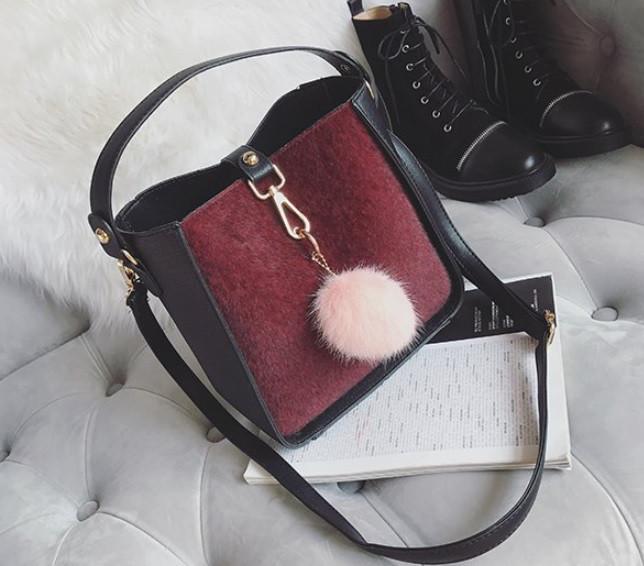 Черная сумка с бордовой вставкой