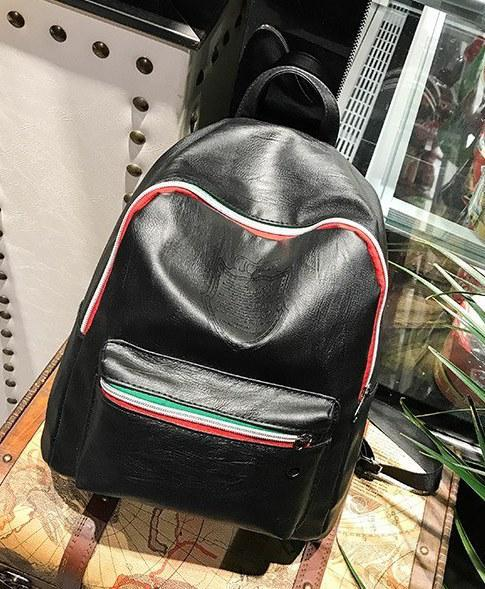 Черный рюкзак из кожзама с тиснением