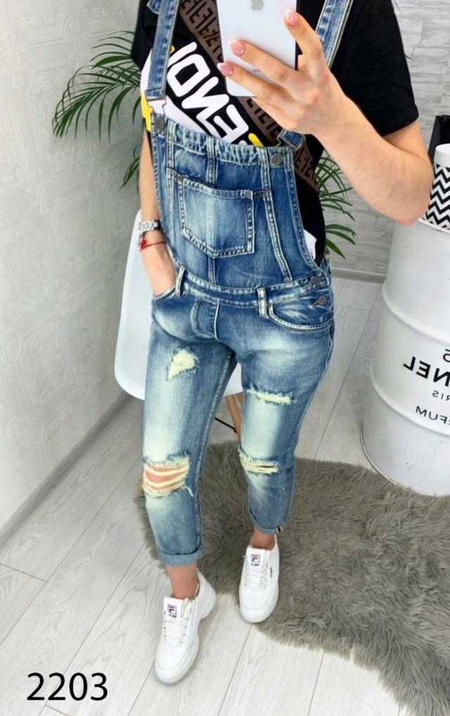 Стильный джинсовый комбинезон с потертостями