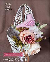 Пасхальная круглая корзинка с белой лозы с цветочным декором