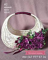 Большая Пасхальная корзина с белой лозы с цветочным декором.