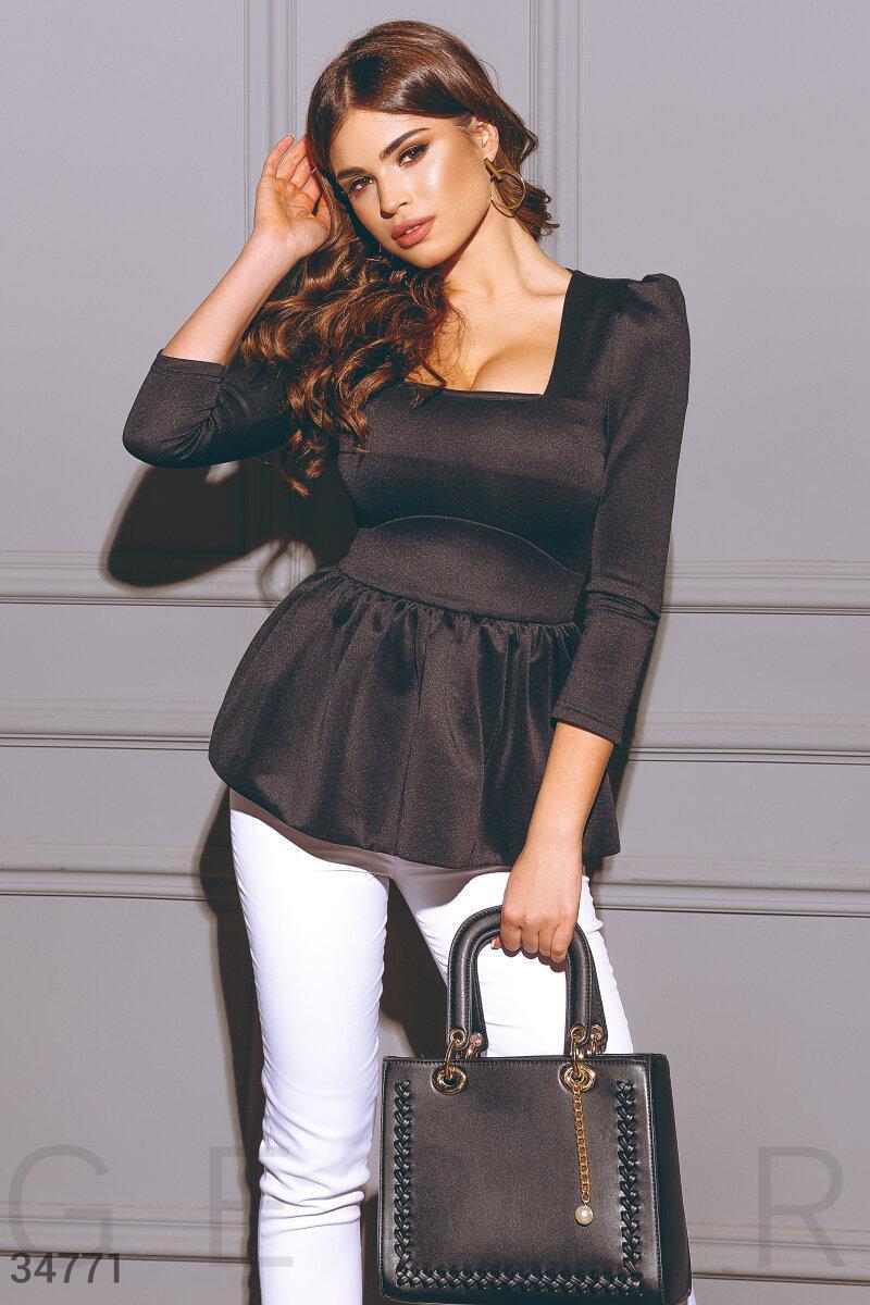 Женская блуза приталенного кроя с баской и глубоким декольте