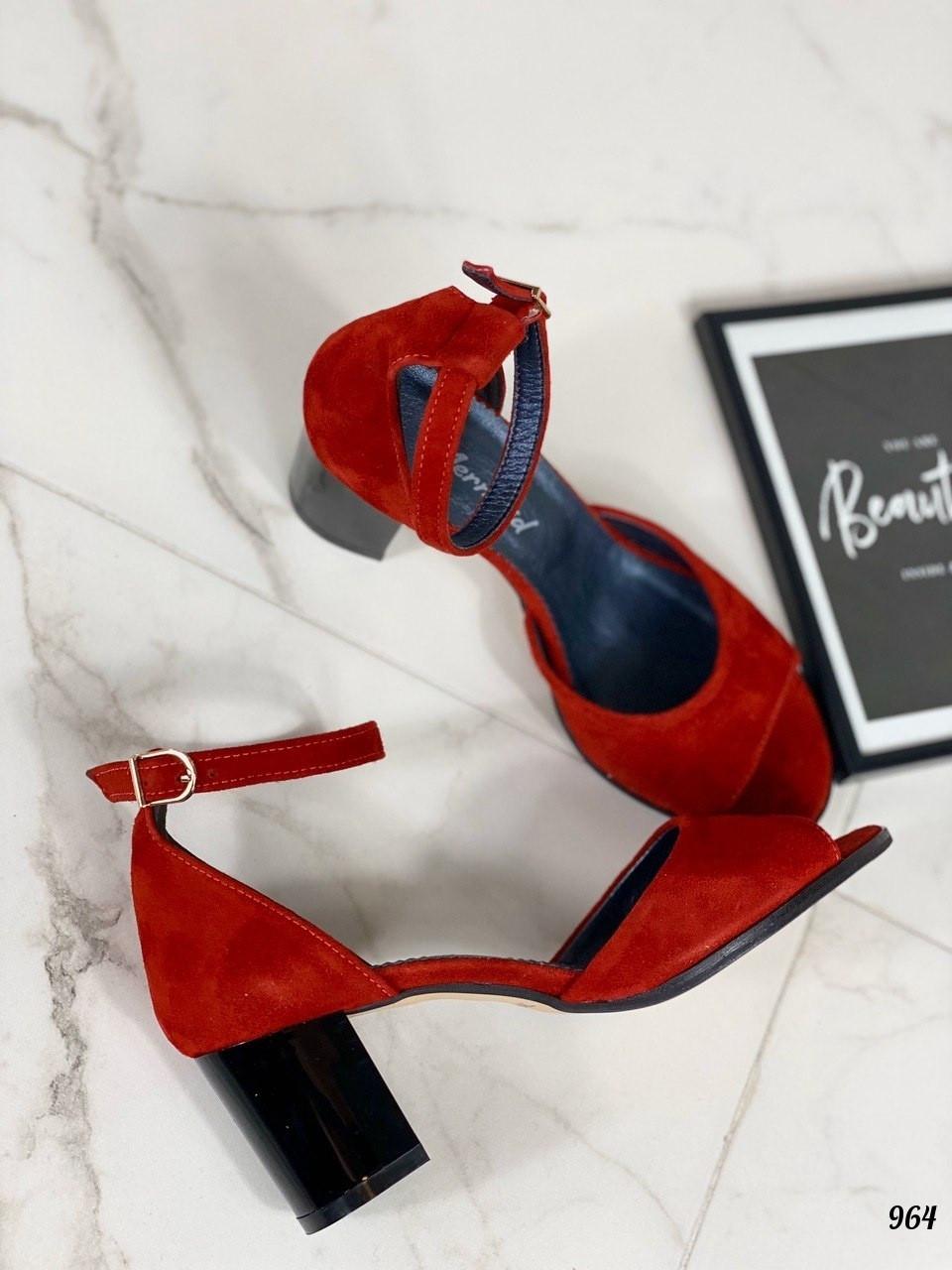 Красные замшевые босоножки на маленьком каблуке закрытая пятка