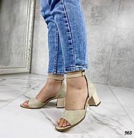 Бежевые замшевые босоножки на маленьком каблуке закрытая пятка, фото 1
