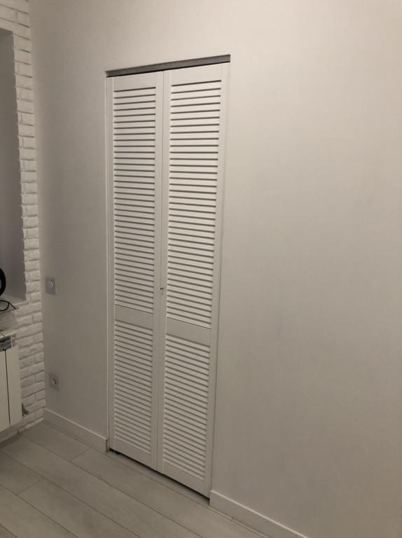 Жалюзийные дверки в белом цвете.