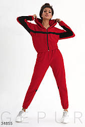 Комфортный спортивный костюм из трикотажной ткани с декоративными вставками красный