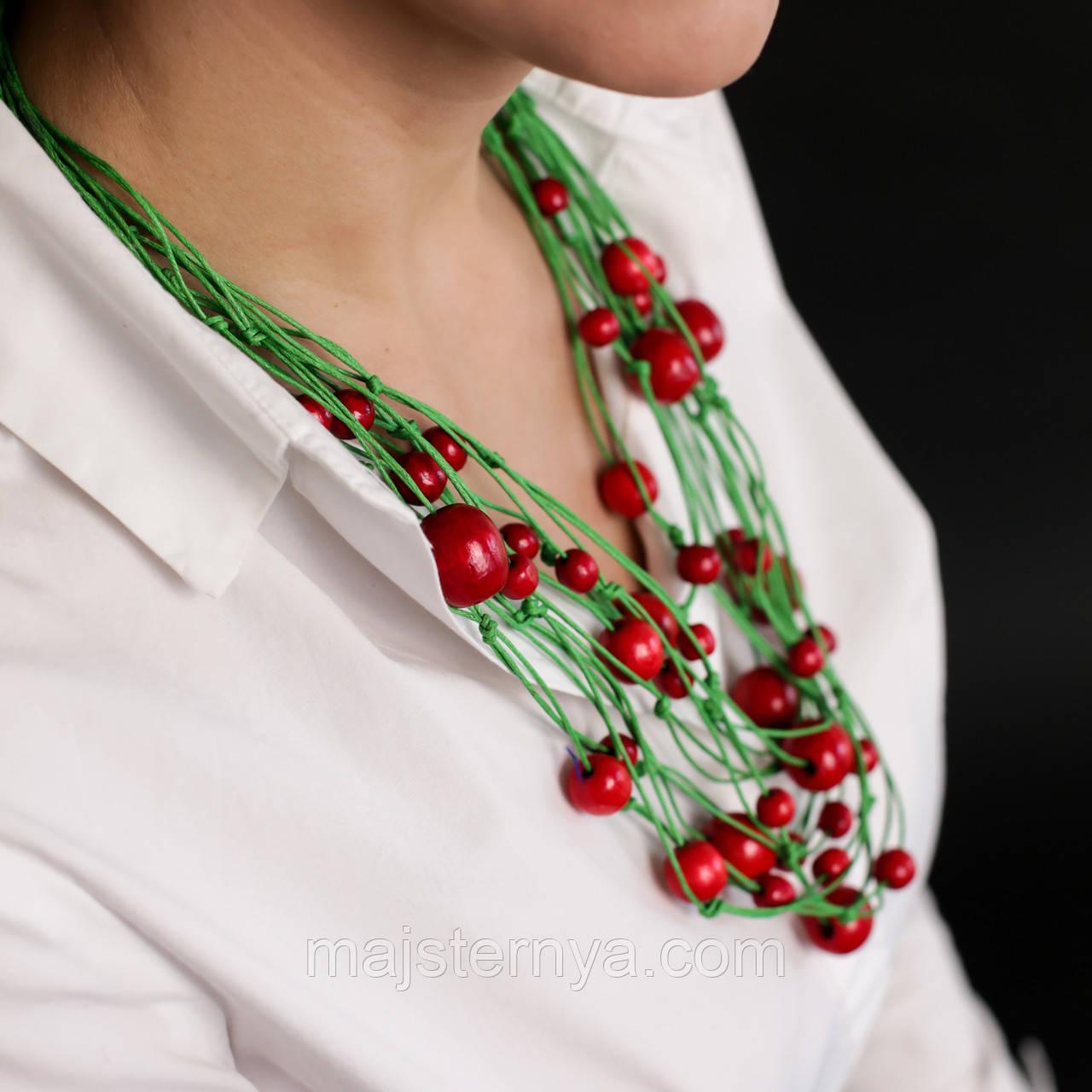 """Намисто з дерева """"Спогади Насті"""" в етнічному стилі, червоні намистини на зеленій нитці"""