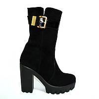 Женские замшевые ботинки демисезонные на тракторной подошве, декорированы лаковым ремешком., фото 1