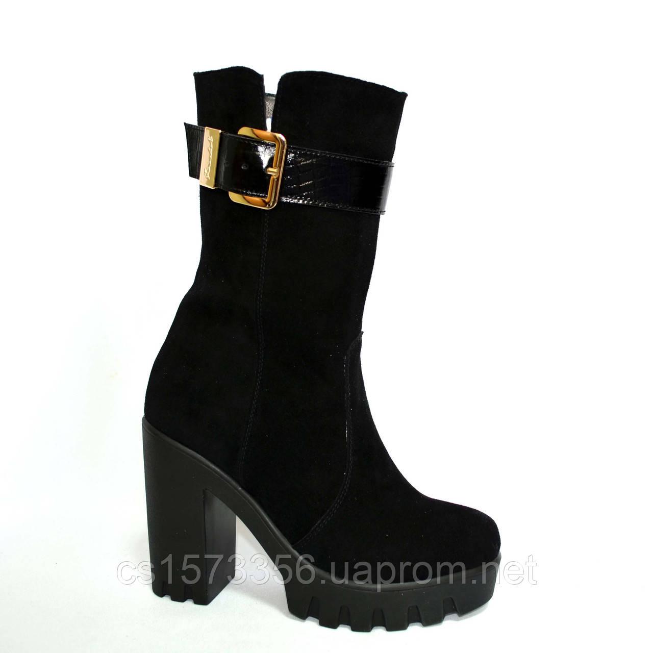 Женские замшевые ботинки демисезонные на тракторной подошве, декорированы лаковым ремешком.