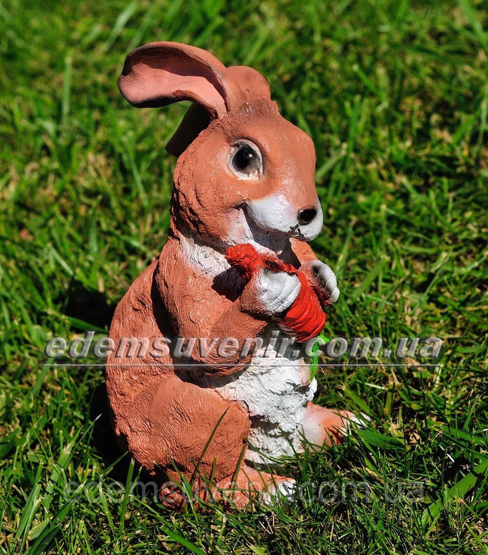 Садовая фигура Заяц стоячий с морковкой