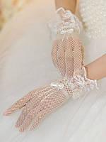 Красивые белые свадебные перчатки