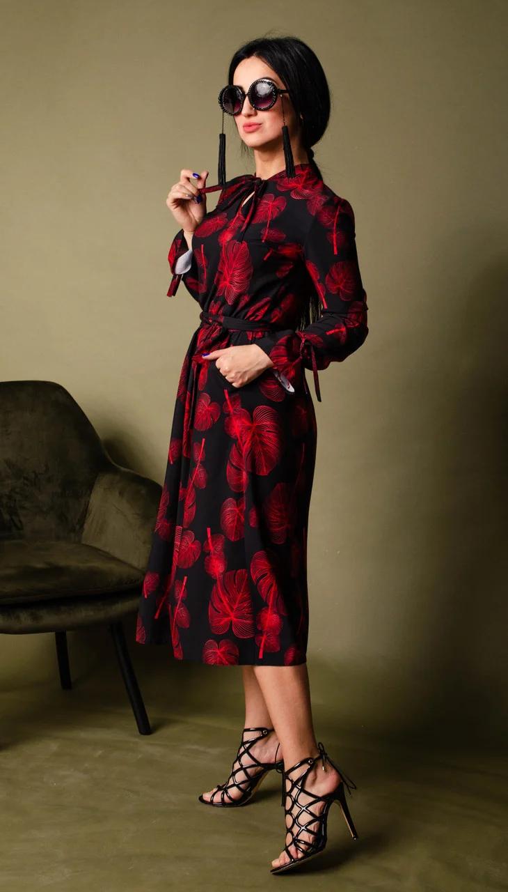 Яркое женское платье с двумя нагрудными выточками и оригинальным принтом