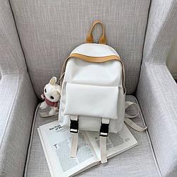 Рюкзак кожаный женский с брелком мишка белый Ginva.