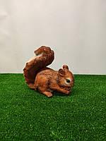 Садовая фигура Белка грызет шишку. декоративная  садовая фигура.