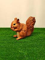Садовая фигура Белка грызет орешек. декоративная  садовая фигура.