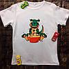 Мужская футболка с принтом - Динозавр с едой