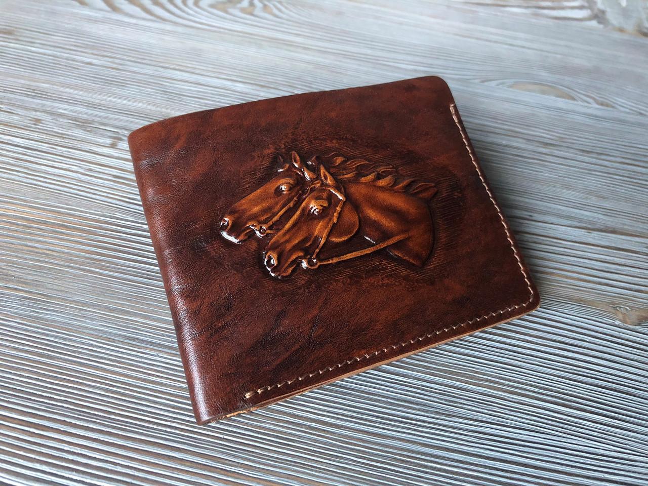 """Кошелек мужской кожаный компактный на внутренней кнопке """"Лошади"""". Цвет коричневый"""