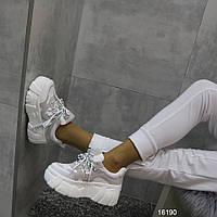 Женские демисезонные кроссовки сникерсы Jintu на высокой платформе танкетке белые с серым
