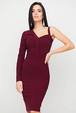 Бордовое коктейльное платье-футляр с одним рукавом