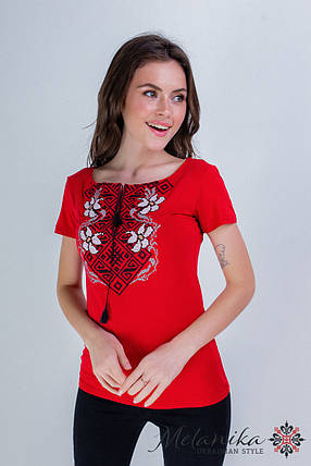 Женская вышитая футболка в молодежном стиле «Лилея с красным», фото 2