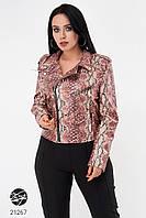 Женская розовая куртка из эко-кожи со змеиным принтом