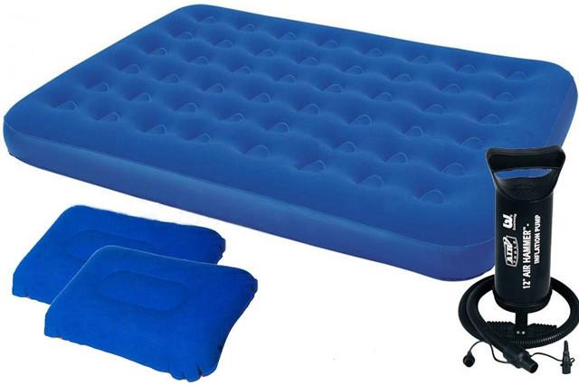 Надувной двуспальный велюровый матрас с двумя подушками и ручным насосом Bestway 67374
