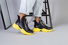 Демисезонные женские черные кожаные ботинки на желтой подошве