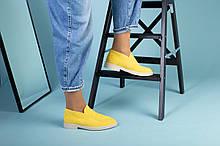 Желтые замшевые туфли-лоферы на светлой подошве