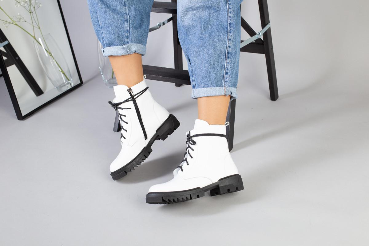 Женские демисезонные белые кожаные ботинки на черной подошве