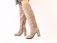 Замшевые сапоги деми на каблуке бежевого цвета