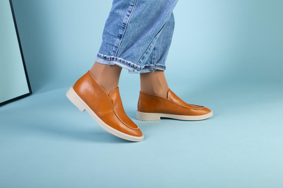 Рыжие кожаные туфли-лоферы на светлой подошве