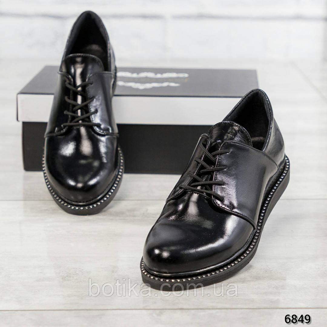 Стильные лаковые туфли женские на шнуровке