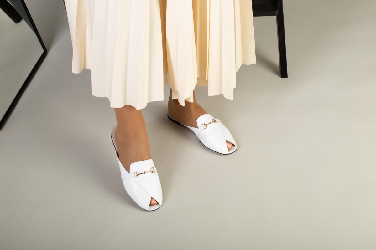 Белые кожаные мюли с фурнитурой