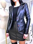 Черный кожаный юбочный костюм с пиджаком и короткой юбкой 2010557, фото 4
