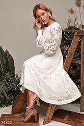 Нежное платье-миди приталенного кроя из ажурного цветочного кружева