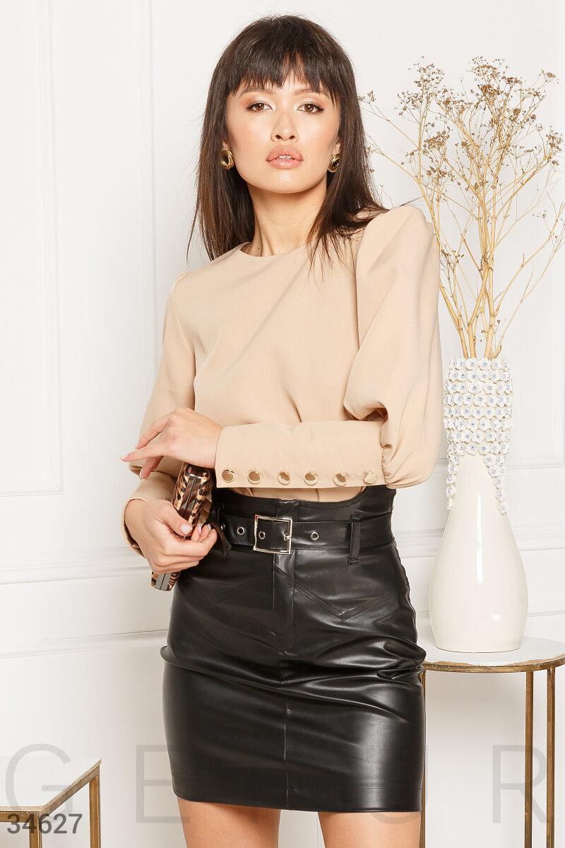 Короткая юбка-мини из экокожи с ремнем с металлической пряжкой