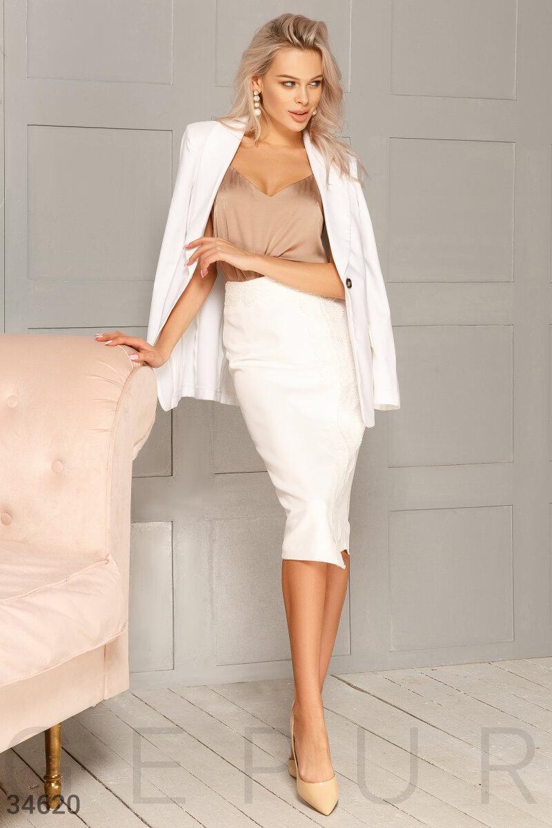 Однотонная юбка-карандаш на запах с кружевным декором белая